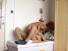 Подглядывание за супружеской парой в номере снято для любительского порно