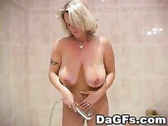 Влажное любительское порно со зрелой и грудастой дамой принимающей ванную
