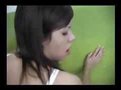 Худая проститутка в любительском видео долбится с клиентом прямо в подъезде