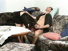 Без домашнего секса зрелая киска не может, поэтому на диване происходит проникновение