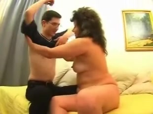 Смазливая зрелая развратница намекает студенту на домашний секс и раздевается