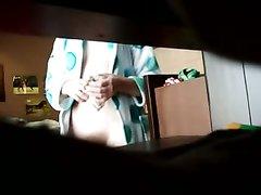 С расстёгнутым халатом и без нижнего белья фигурная красотка попала в домашнее видео