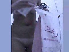 За дамой с маленькими сиськами в любительском видео подглядывает доброжелатель