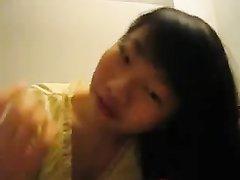 Китайская шлюха в домашнем видео от первого лица умело сосёт член поклонника