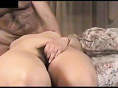 Волосатая зрелая дама в любительском порно дрочит щель с дилдо и  делает минет мужу