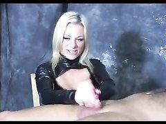Латексная блондинка в домашнем видео с женским доминированием дрочит член