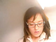 На вебкамеру очкастая студентка онлайн ухоженными пальчиками теребит клитор