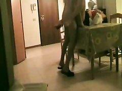На столе сексуальная зрелая дама отдалась молодому гостю прямо перед скрытой камерой
