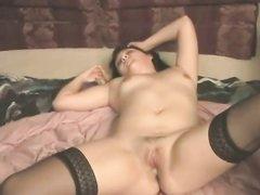 Негр в нежном порно трахает зрелую домохозяйку в чулках и кончает внутрь
