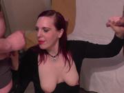 Зрелая и рыжеволосая домохозяйка в групповом порно сосёт и дрочит два члена
