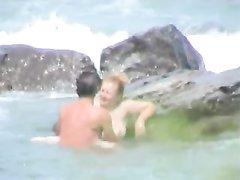 В море зрелая туристка бесплатно отдалась молодому и смуглому аниматору