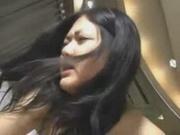Сладкая азиатская брюнетка у себя дома снялась в порно с преданным поклонником