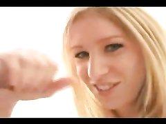 Грациозная блондинка в порно дрочит член любовника и жадно глотает сперму