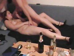 Парочка в домашнем видео после крепких напитков активно трахается на диване