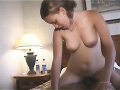 Негр в интимном видео в постели трахает белую любовницу и кончает на язычок