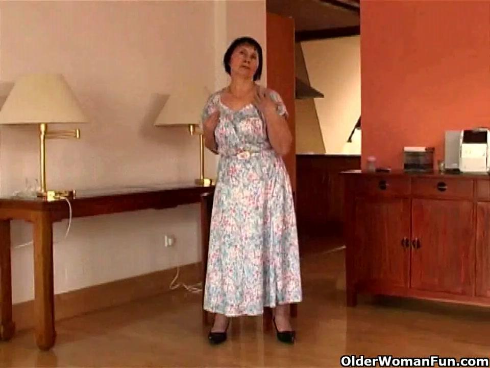 Раздевшись зрелая и толстая домохозяйка для видео дрочит киску вибратором