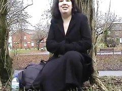 В общественном парке в любительском видео зрелая брюнетка дрочит клитор
