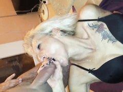 Зрелая блондинка с тату в нижнем белье в немецком порно сосёт член любовника