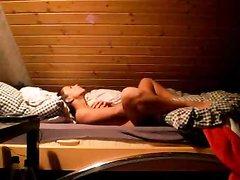 Загорелая и гламурная модель на видео балдеет от домашней мастурбации