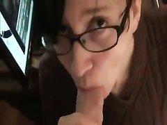 Очкастая студентка в порно крупным планом сосёт член и глотает всю сперму