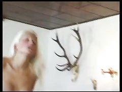 Гламурная блондинка домохозяйка в интимном видео широко раздвинула ноги