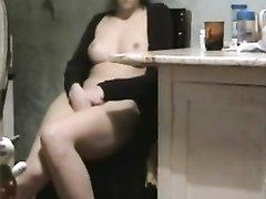 Брюнетка на видео дрочит киску и просит мужа лизать клитор и дать член для минета