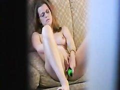 Скрытая камера в домашнем порно снимает мастурбацию очкастой студентки с вибратором