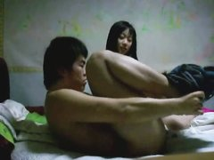 Корейское порно с реальными любовниками развлекающимися в постели после работы