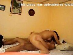 Скрытая камера снимает жаркий секс молодых любовников в уютной постели