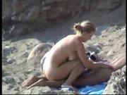 Влюблённая пара отправилась на побережье загорать и для пляжного секса