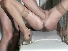 Любовник помогает зрелой развратнице в порно кончить в виде сквиртинга от фистинга