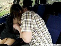 В машине снято любительское порно с фигуристой пассажиркой на заднем сиденье