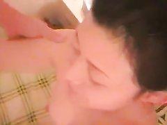 В азиатском порно зрелая азиатка показывает волосатую щель и чеканит минет