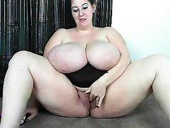 Толстуха с огромными сиськами любит дрочить мокрую киску секс игрушкой