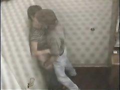 Жёсткий секс влюблённой парочки в небольшой комнатке снимает скрытая камера