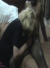 Негр на досуге встретился с белыми домохозяйками для развратного секса втроём