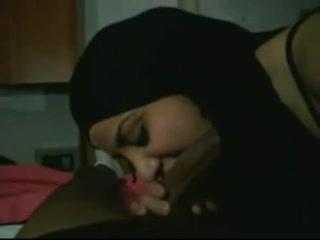 Арабская любовница в порно от первого лица отсасывает чёрный член негра