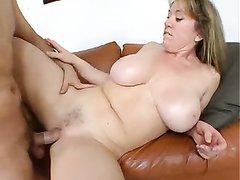 Прекрасный анальный секс со зрелой любовницей понравился молодому хахалю
