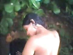 Индийская пара на природе снимает на видео собственную интимную близость
