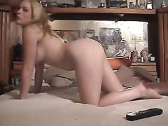 В постели зрелый толстяк для видео трахает молодую блондинку на карачках