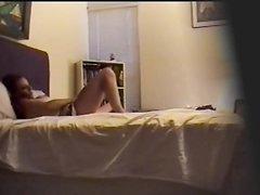 Голая леди в домашнем видео в постели мастурбирует киску перед скрытой камерой