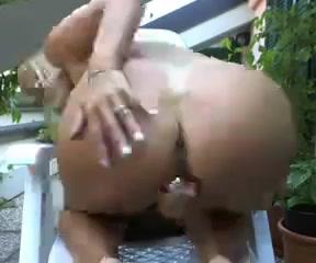 Для любительского порно зрелая блондинка дрочит вибратором сочную киску