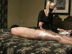 Блондинка в домашнем порно мастурбирует конец связанного парня с маской на голове