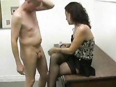 Растрёпанная шлюха в видео сделала домашнюю мастурбацию зрелому мужику