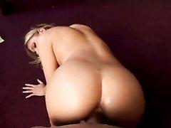 Грешная блондинка в анальном видео отдалась в попу парню с огромным членом