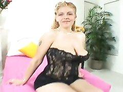 Сладкая зрелая толстуха в домашнем видео дрочит член огромными сиськами и делает минет