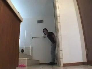 Приличная домохозяйка вызвала для анального секса сантехника в ванную
