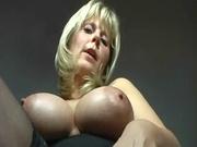 Мастурбация влажной киски секс игрушкой крупным планом от зрелой блондинки