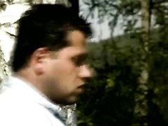 Видео знойного секса на природе с волосатой любовницей и окончание в рот