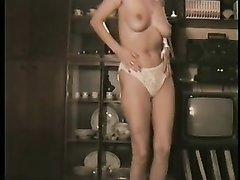 Видео начинает со стриптиза зрелой блондинки и проникновением от любовника